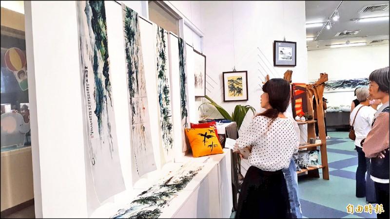 台東大學人文學院院長林永發畫展昨天開幕,吸引民眾觀賞。(記者黃明堂攝)