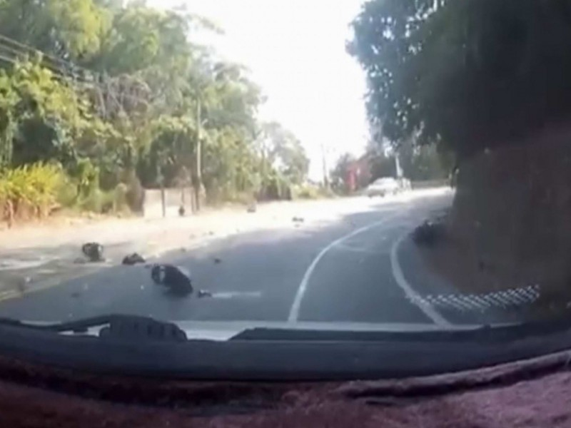洪男騎機車行經彰化市139線大彰路彎道時,連人帶車衝到對向車道撞擊轎車,機車當場粉碎噴飛。(翻攝臉書花壇人俱樂部)