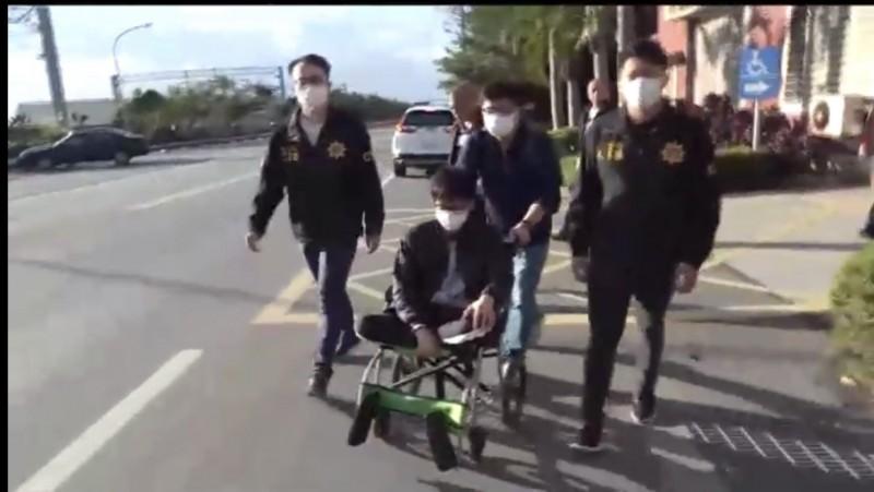 警方逮捕坐輪椅的吳姓主嫌。(記者許國楨翻攝)