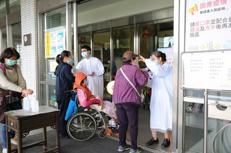 防範醫療院所感染,慈濟宣布暫停醫院志工服務。(慈濟基金會提供)