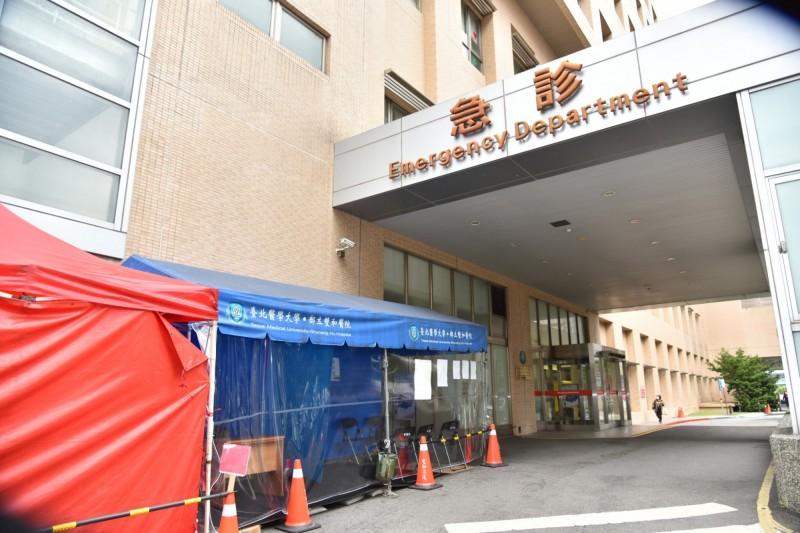 雙和醫院在院外設置檢疫站。(圖由雙和醫院提供)