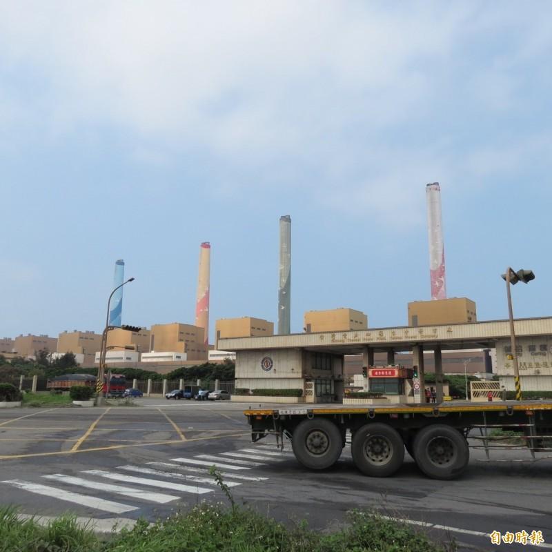台中火力發電廠內的煤倉擴建傳工安意外。(資料照)