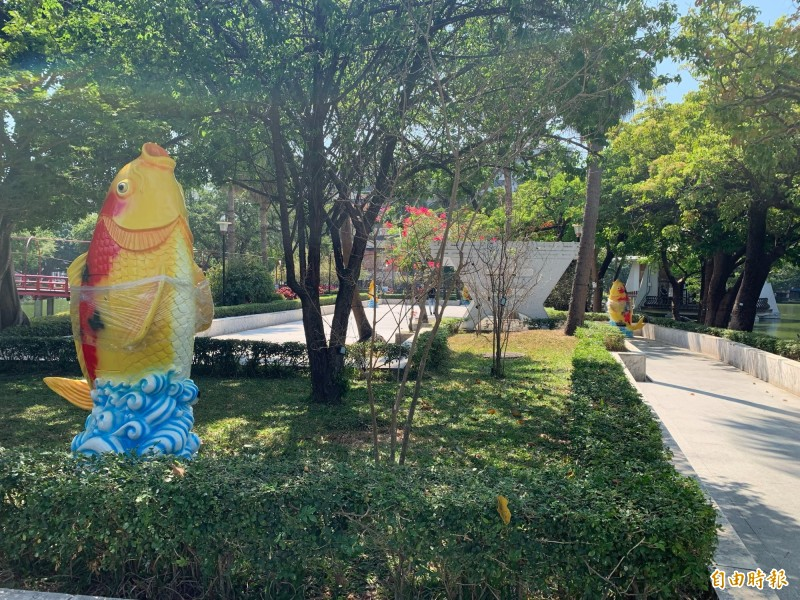 台中公園日月湖邊原本出現十座魚飼料機,今天下午已全部移除。(記者唐在馨攝)