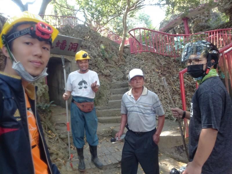 林佑勳(左)等人在戴健城(左2)帶領下深入龍蟠洞犯險捕蛇。(記者洪臣宏翻攝)