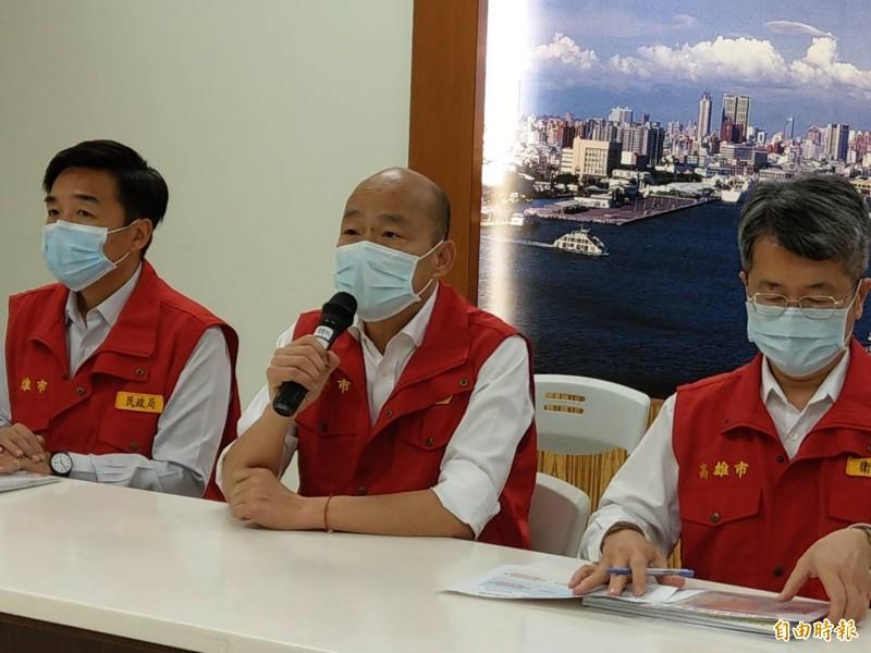 高雄市長韓國瑜(中)今下午主持防疫會議後表示,未來疫情若持續擴散,一旦達到停課標準,將對高中以下的學生啟動遠距教學。(記者方志賢攝)