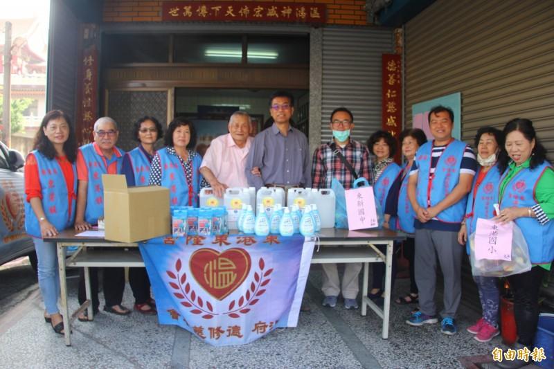 溫府德修慈善會今天捐贈酒精、耳溫槍及洗手乳,供東港鎮內高國中小防疫使用。(記者陳彥廷攝)
