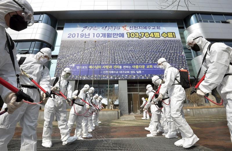韓國的新天地耶穌教會超過2000名教徒感染武漢肺炎,而新天地教主李萬熙已接受篩檢並確認為陰性。圖為南韓士兵在新天地教堂外消毒。(美聯社)