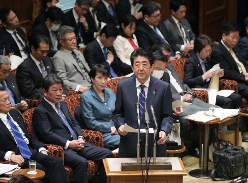 日本首相安倍晉三今天在參議院預算委員會中表示,政府將加速立法,以採取和「新型流感等對策特別措施法」同等的措施,其中包括發布緊急狀態宣言的法源。(歐新社)