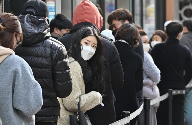 南韓今(2)天單日新增599病例,目前累計確診達4335例、26例死亡。圖為南韓購買口罩排隊人潮。(法新社)