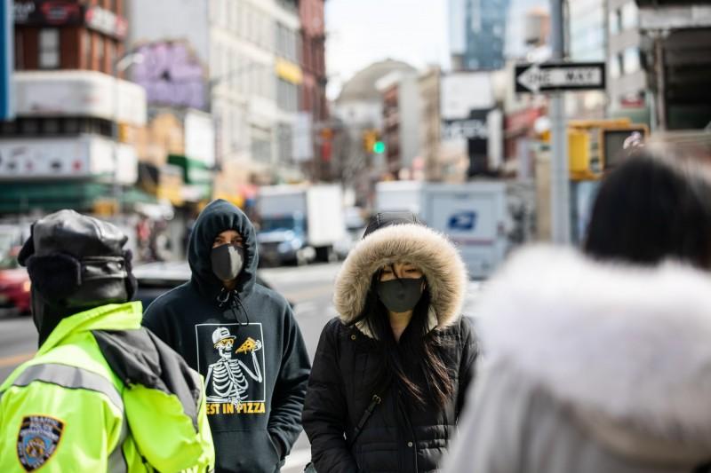 美國首起武漢肺炎死亡病例,到現在仍未釐清是如何感染的。圖為美國民眾出門紛紛戴上口罩。(彭博)