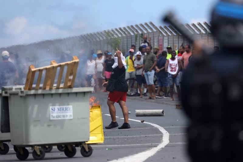 示威民眾以投擲石塊、瓶子,甚至燃燒物品的方式抗議,遭警方以催淚彈驅離。(法新社)