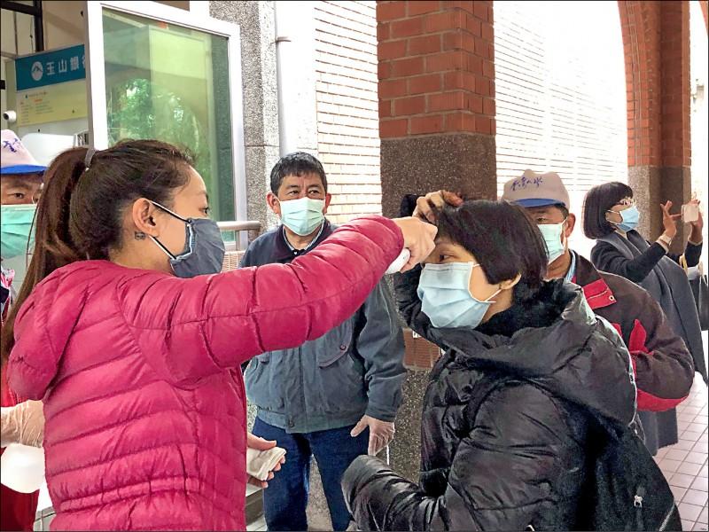 台灣大學昨開學,實施校園防疫管制,部分館舍在每日上班時間採單一出入口,並派員量測體溫篩檢。(台大提供)