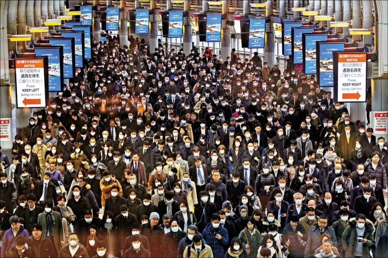 日本首相安倍晉三表示,將加速立法因應武漢肺炎疫情,包括發布緊急狀態宣言的法源。圖為日本東京品川車站二日的人潮。(路透)