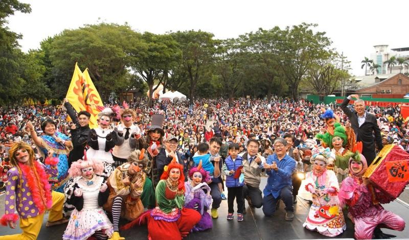 台南市政府響應紙風車劇團推出的線上劇場計畫,並公布藝文產業因應疫情的八大方案。圖為紙風車劇團新年期間在台南市的演出活動。(台南市文化局提供)