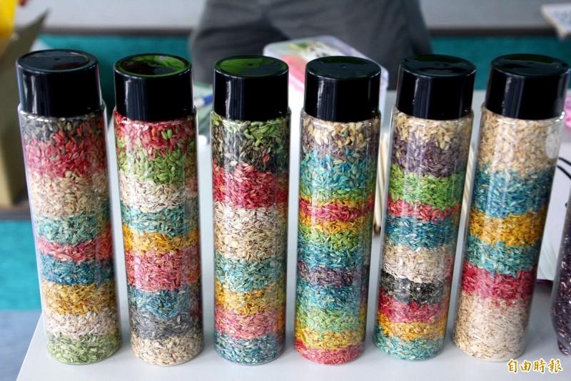 碾米後剩餘的稻殼變身成為「幻彩稻殼」。(記者林宜樟攝)