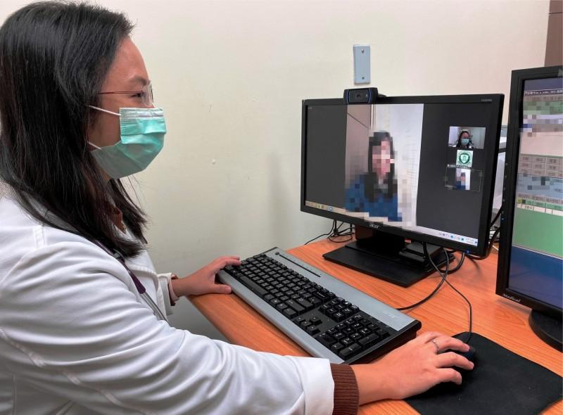北醫附醫完成首例通訊診療案例,醫病之間透過電腦與手機,即可完成診療,讓民眾安心在家隔離檢疫。(北醫附醫提供)