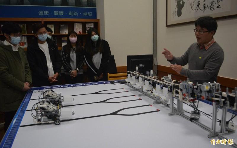 亞大推動AI教育,今天在AI體驗坊內展示無人工廠的運作。(記者陳建志攝)