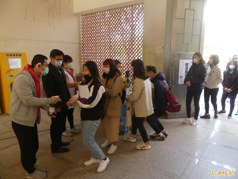 國立金門大學校長陳建民(左二)關切學生進入校園的防疫作為。(記者吳正庭攝)