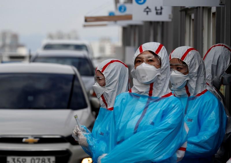 南韓稍早再傳出憾事,1名居家隔離的患者死亡。目前南韓境內累積32例死亡。(路透)