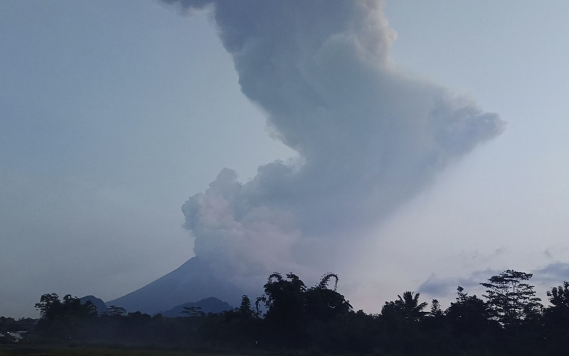 印尼爪哇島梅拉比火山今(3日)噴發高達6000公尺的火山灰,目前爪哇省梭羅機場已緊急關閉。(美聯社)
