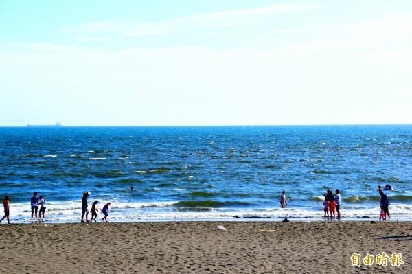 有研究人員警告,2100年將可能因氣候變化、海平面上升,導致全球5成海灘消失。圖為蚵仔寮漁港南沙灘。(資料照)