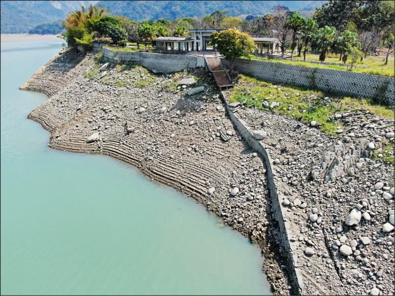 曾文水庫的水位降逾二十公尺,蓄水率剩三成六。(記者蔡宗勳翻攝)