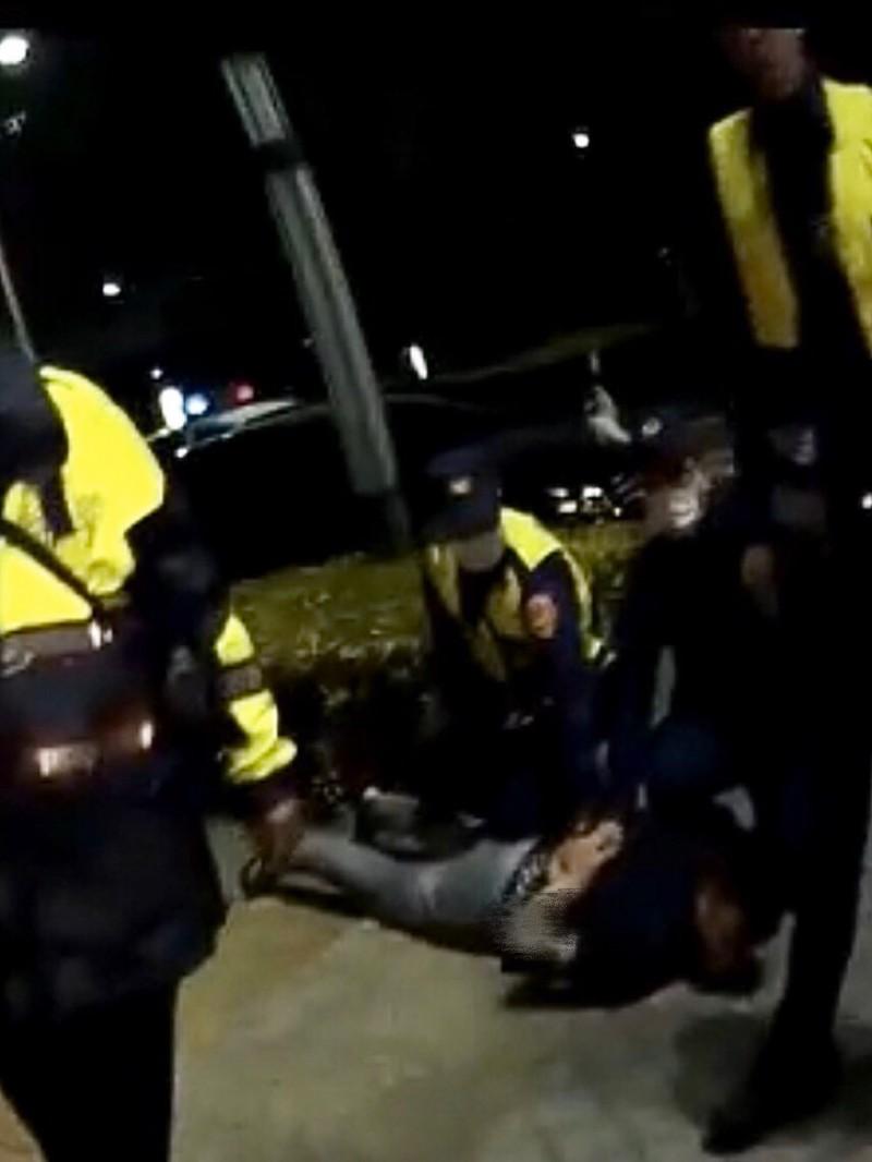 警方快打部隊趕到帶回3人。(民眾提供)