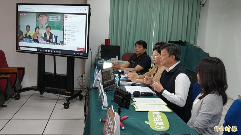 台南市長黃偉哲與教育局長鄭新輝結合3大書商,介紹線上自主學習資源內容與使用方法。(記者劉婉君攝)