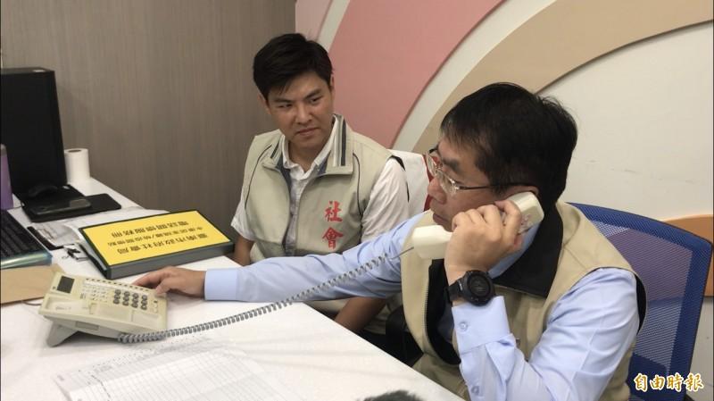 台南市長黃偉哲(右)親自電訪慰問居家檢疫者。(記者萬于甄攝)