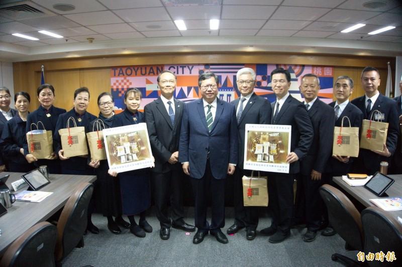 慈濟捐2000份「安心祝福包」,在市府舉行捐贈儀式。(記者謝武雄攝)