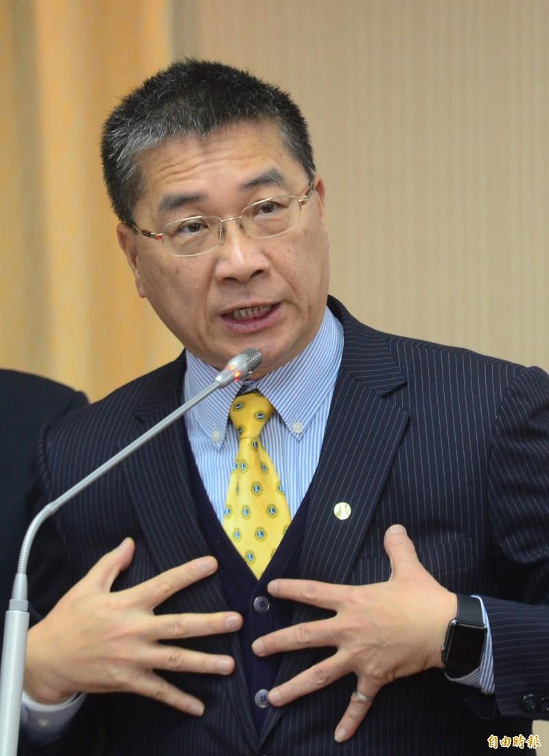 內政部長徐國勇表示,草案是以1千人為大型活動的指標,不分室內外,但要等疫情中心正式宣布才確定。(記者王藝菘攝)