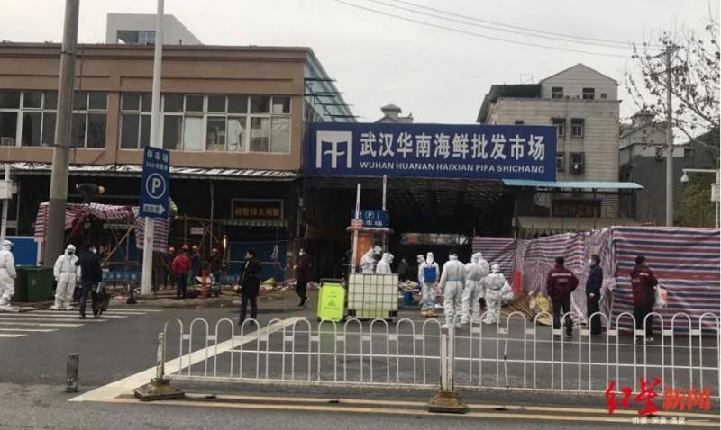相關單位在2日下午2時派出多支消毒工作隊前往華南海鮮市場。(翻攝紅星新聞)