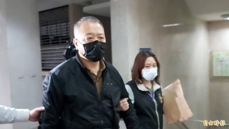台北市區監理所所長袁國治(左)涉貪被移送北檢。(記者陳慰慈攝)