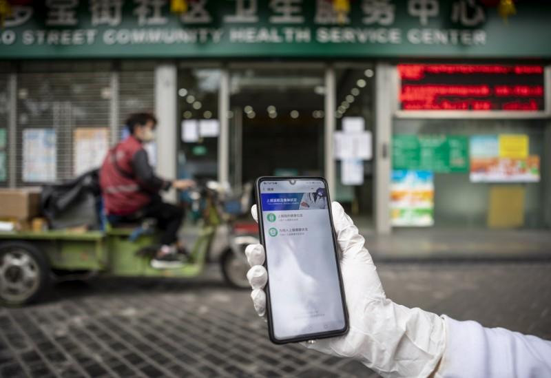 廣州1名22歲女子潛入隔離病房,偷走患者手機,被逮後判為密切接觸者,隔離觀察中。示意圖。(歐新社)
