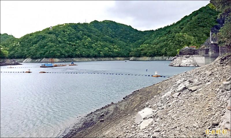 石門水庫蓄水量即將跌破一億噸,蓄水率也將跌破過半,大壩邊坡原本被蓄水覆蓋的岩石裸露一大截。(記者李容萍攝)