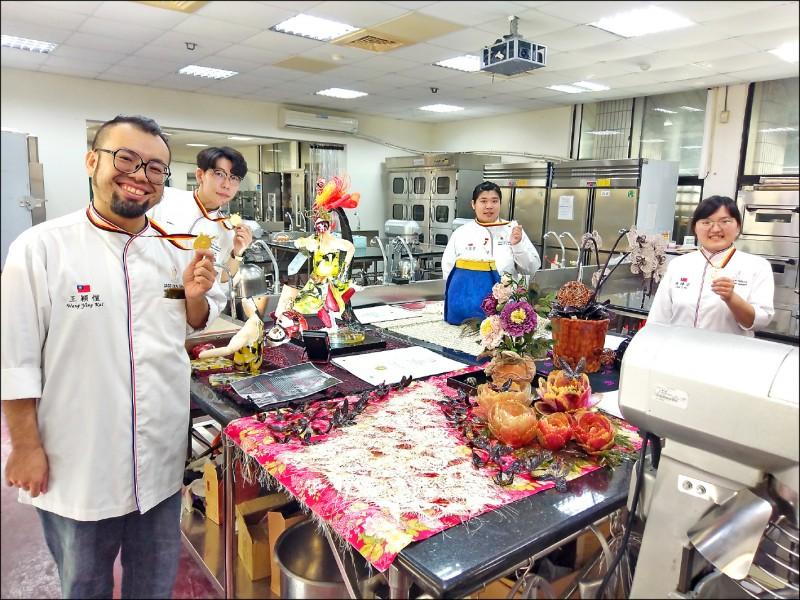 大同技術學院烘焙管理系副教授王穎愷(左至右),率張詠智、劉佩諭和陳禕安出賽德國抱回二金二銀。(記者王善嬿攝)