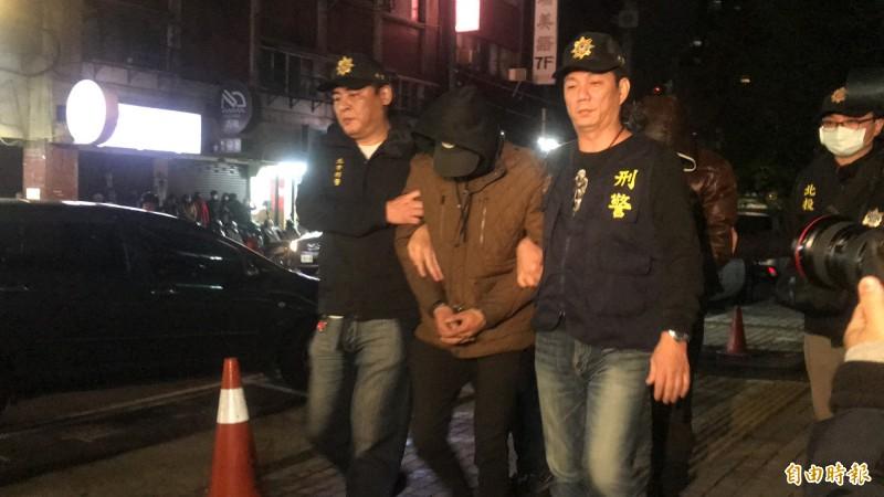 伏擊蔡阿嘎的陳男被帶回北投分局。(記者鄭景議攝)