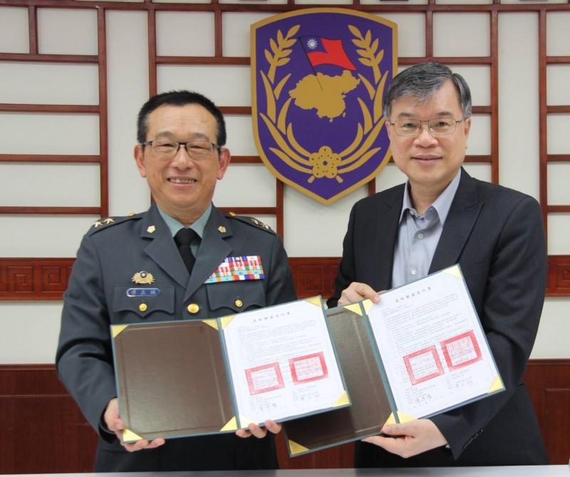 樹德科技大學陳清燿校長(右)與陸軍八軍團指揮官傅正誠中將(左)簽訂合作書。(樹德科技大學提供)