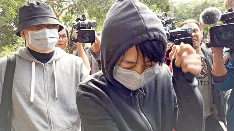 王立強共諜案再曝兩共犯,香港籍的林旭承租向心夫婦房屋,另一位是中國籍的蘇劍鋒。圖為向心、龔青夫婦(戴口罩者)到台北地檢署庭訊。(資料照)