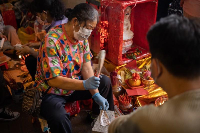 今天是廿四節氣中的「驚蟄」,香港傳統習俗這一天要「打小人」,有香港市民在港鐵樂富站外擺出林鄭月娥等高官肖像,附上「夾腳拖」供民眾「使用」,吸引許多市民參與圍觀。圖為香港傳統習俗「打小人」。(歐新社)