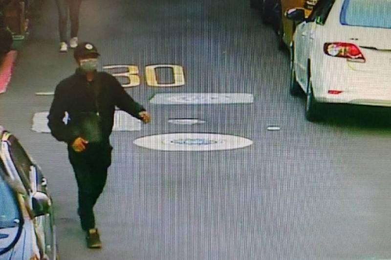 監視器畫面拍到黑衣人(見圖)在北投襲擊蔡阿嘎後往士林逃逸,今天傍晚落網。(民眾提供)