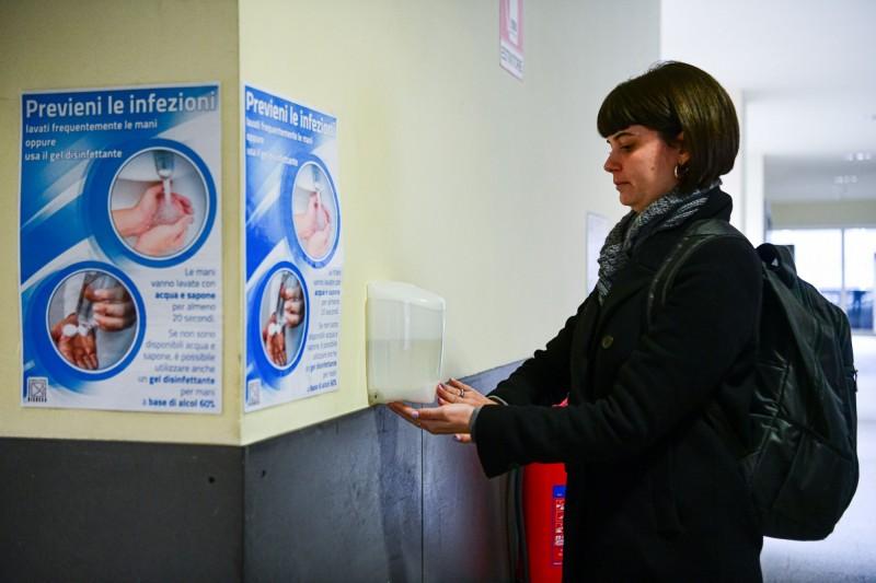 聯合國教科文組織今(5)日指出,受武漢肺炎疫情衝擊,全球近3億學生受教權遭波及。圖為義大利學生使用酒精消毒手部。(法新社)