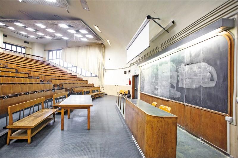 義大利羅馬大學因疫情停課,亮著燈的教室內空無一人。(彭博)