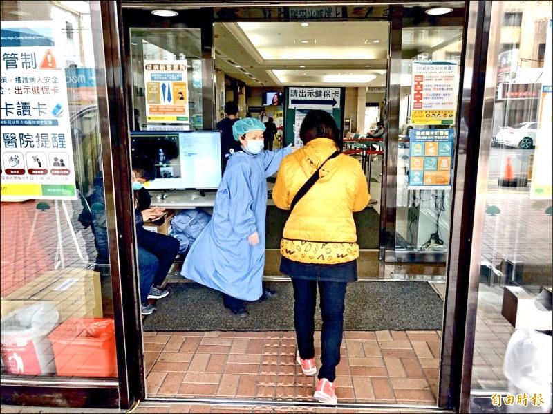 新竹市5家急救責任醫院,9日起一般病房全面停止探病。(記者蔡彰盛攝)