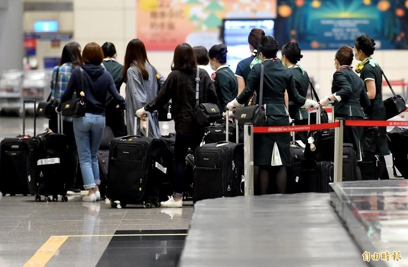 日前在台北國家演奏廳參與演出的澳洲音樂家,2日搭乘長榮航空班機返回澳洲後遭確診感染武漢肺炎,與音樂家同機的15名長榮機組人員6日清晨返台。(記者朱沛雄攝)