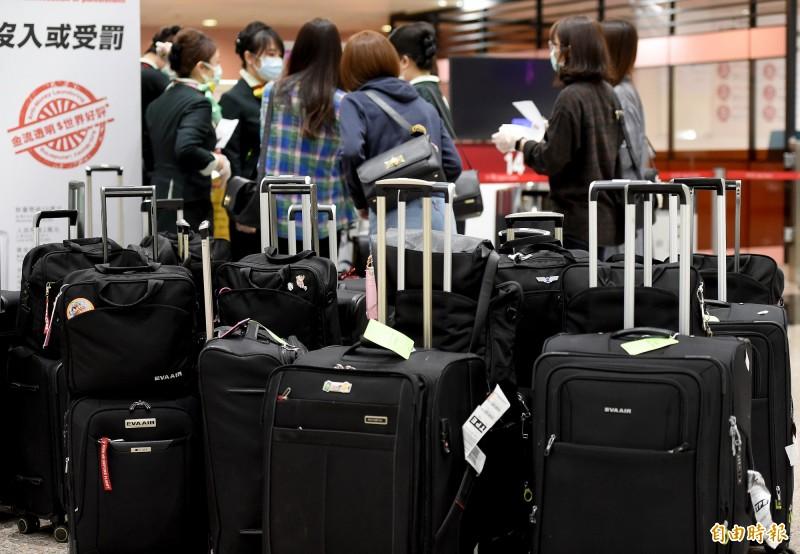 長榮航空表示,與該名旅客接觸過的空、地勤員工,將配合疫情指揮中心之規範,進行相關檢疫或是隔離。(記者朱沛雄攝)