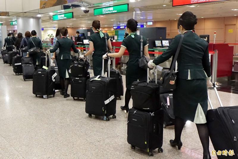 知名澳洲音樂家2日搭乘長榮航空班機返回澳洲後遭確診感染武漢肺炎,與音樂家同機的15名長榮機組人員6日清晨返台。(記者朱沛雄攝)
