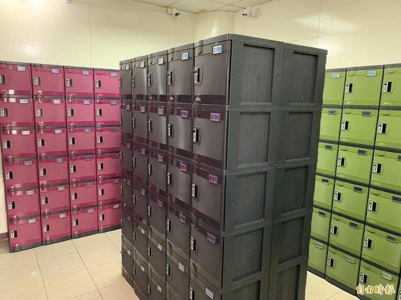 基隆區漁會在八斗子漁港設置外籍船員儲物櫃,供外籍漁工存放私人物品及財產,是全國首例。(記者林欣漢攝)
