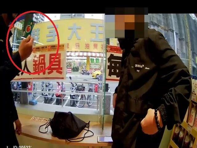 警方查獲蕭嫌(右)盜領提款卡。(記者黃旭磊翻攝)