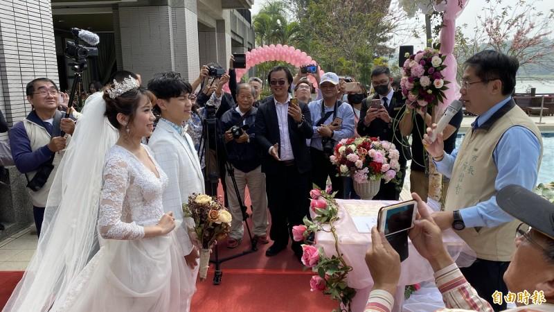 台南市長黃偉哲(右)為示範戶外婚禮證婚。(記者楊金城攝)